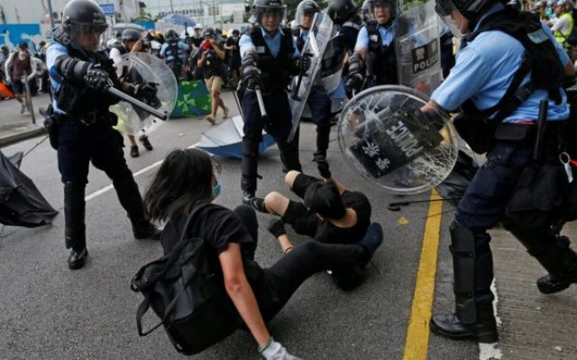 Photo of Hong Kong: Police, Protesters Clash On Handover Anniversary